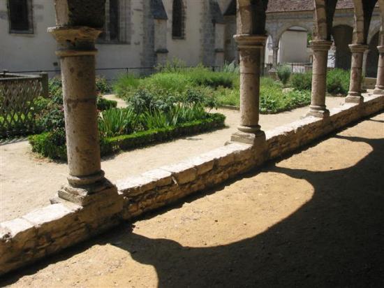 Donnemarie-Dontilly  jardin du cloître